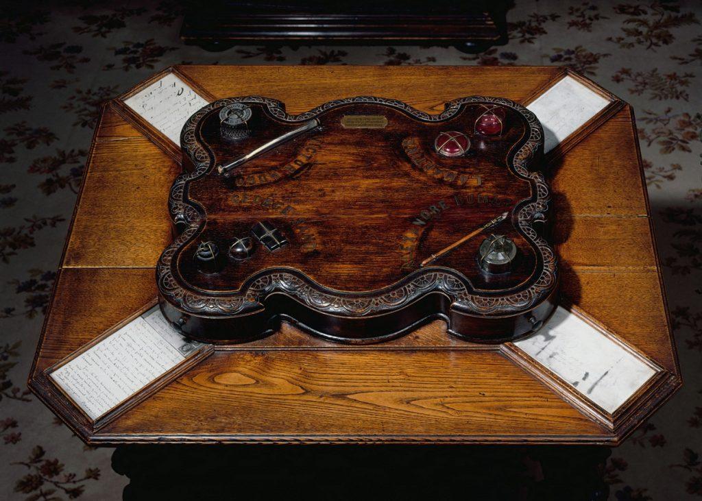 Table aux quatre encriers (détail du plateau). Paris, Maison de Victor Hugo. Table of Inkwells.